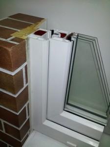 Белая пластиковая дистанционная рамка между стеклами сохраняет тепло